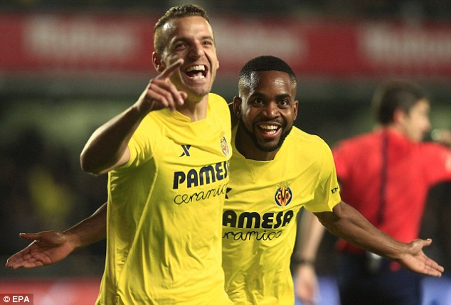 Soldado (trái) và Bakamku ăn mừng bàn thắng sớm vào lưới Real.