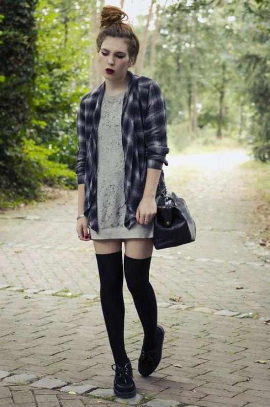 Bạn hãy thử phối sơ mi dáng rộng cùng váy nỉ và quần tất cao cổ.
