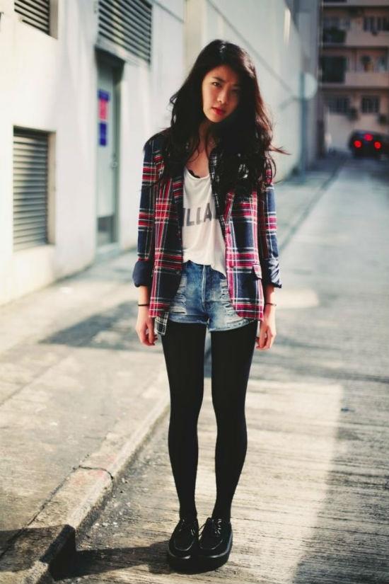 Sơ mi phối cùng áo phông, quần sooc và legging là lựa chọn cho những cô nàng năng động.