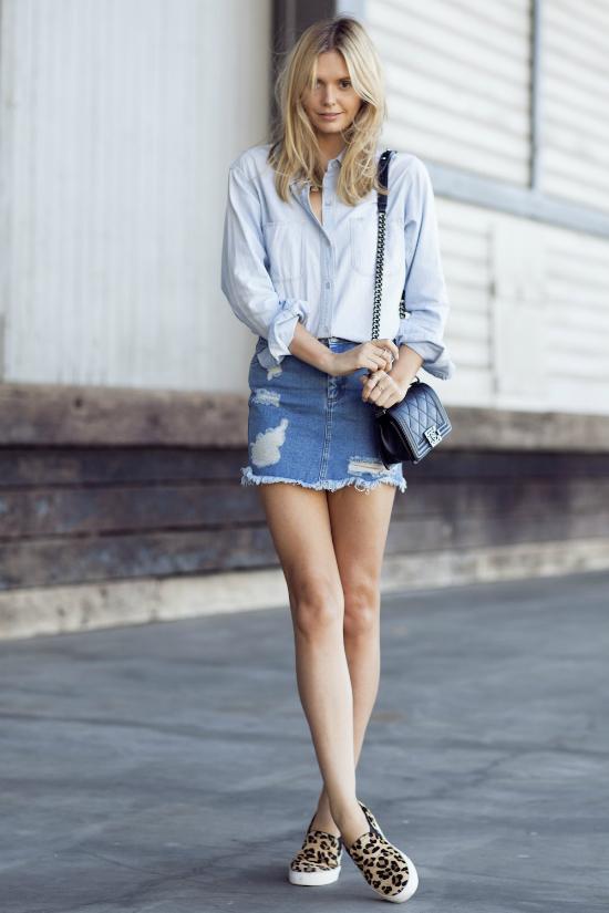 Bạn cũng có thể chọn kết hợp cùng chân váy denim.