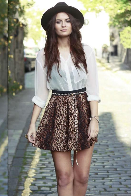 Hay kết hợp cùng chân váy xòe có họa tiết nổi bật.