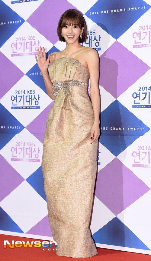 Bộ váy của Son Dam Bi bị chê do chất liệu trông quá cứng.