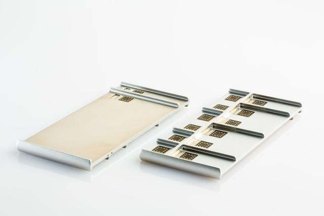 Hai mặt của bộ khung chiếc smartphone Ara