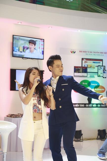 BTV Hồng Phúc biến thành vũ công, phụ họa nhiệt tình cho phần trình diễn của Thùy Linh.