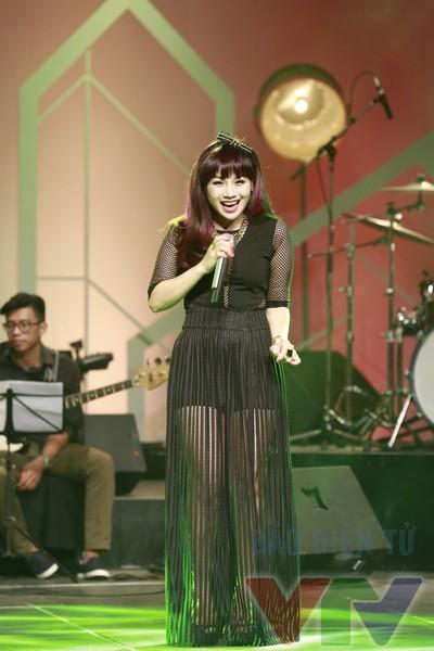 Hình ảnh tươi trẻ của Ngọc Khuê trên sân khấu Nghệ sỹ tháng.
