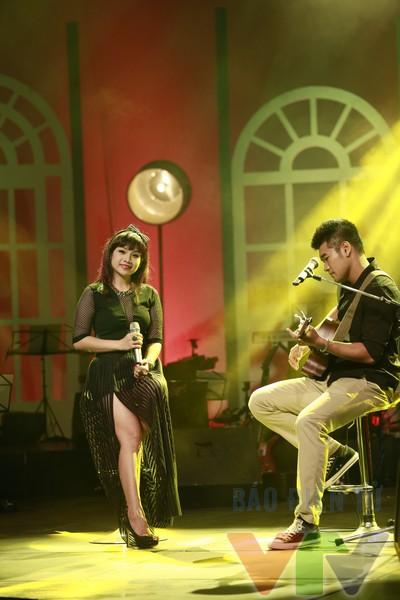 Màn song ca của Ngọc Khuê và Tạ Quang Thắng trong ca khúc Người ở người về.