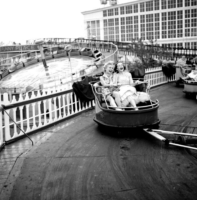 Những cô người mẫu của một số chương trình truyền hình ăn khách tại Mỹ vui chơi tại Công viên Steeplechase, Đảo Coney, Brooklyn, New York năm 1953.
