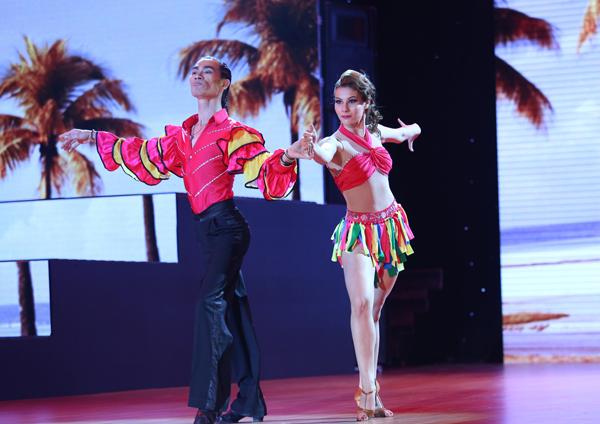 Cặp đôi Sử Duy Vương - Antoanetta mở màn đêm Liveshow 2 với những bước nhảy quyến rũ trên nền nhạc Bailando