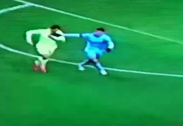Băng quay chậm cho thấy Suarez có hành vi nghi là cắn vào tay Demichelis.