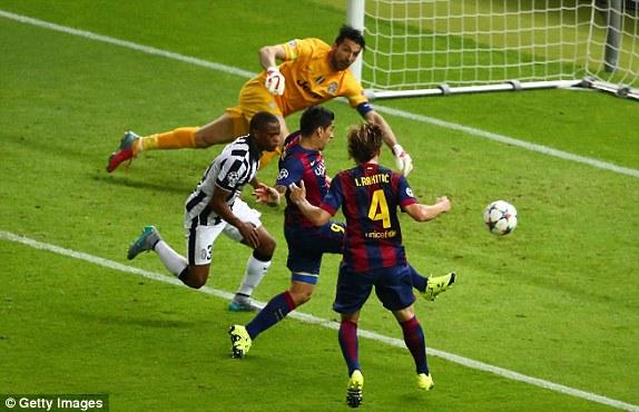Suarez lao vào đệm bóng ở phút 69 ghi bàn nâng tỉ số lên 2-1. Trước đó, Messi là người dứt điểm căng khiến Buffon phải đấm bóng.