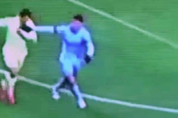 Luis Suarez đã cắn Demichelis (Man City)?