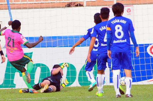 Felix Ajala dễ dàng nâng tỷ số lên 2-0 (Ảnh: Tuổi trẻ)