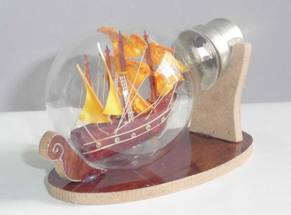 Thay vì sử dụng chai thủy tinh, bạn có thể dùng bóng đèn thủy tinh để làm thuyền chai .