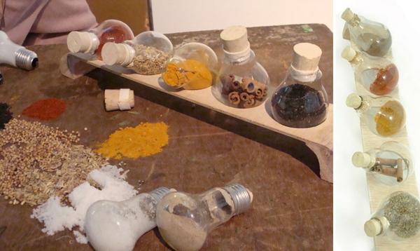 Rửa thật sạch bóng đèn và biến chúng thành những chiếc hộp thủy tinh đựng đồ như gia vị, bánh kẹo hay những đồ đạc nhỏ vụn vặt...