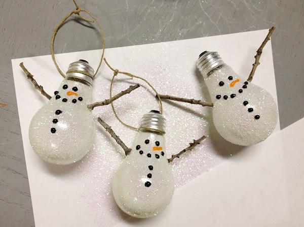 Thậm chí, bóng đèn còn trở thành đồ trang trí để treo trên cây thông Noel hay treo ở góc phòng.
