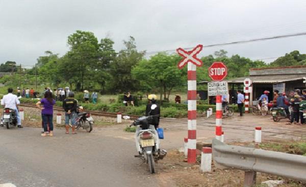 Đường ngang qua đường sắt không có rào chắn, nhưng có biển cảnh báo, người đi đường thiếu quan sát nên xảy ra tai nạn. (Ảnh: VOV)