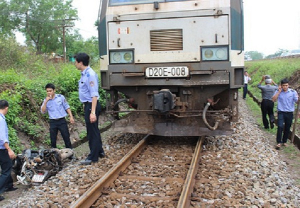 Nhân viên ngành đường sắt tập trung khắc phục hậu quả vụ tai nạn. (Ảnh: VOV)