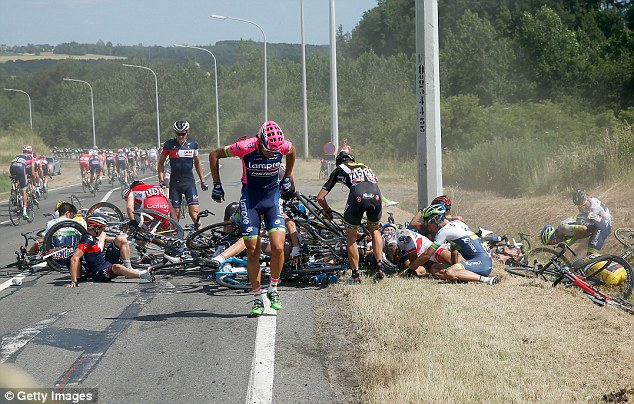 Vụ tai nạn khiến hơn 20 tay đua ngã lăn ra đường.