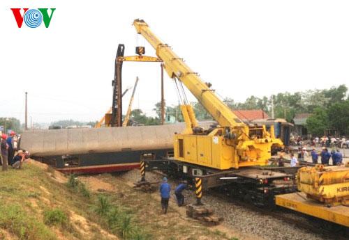 Xe cẩu 100 tấn được huy động để khắc phục sự cố vụ tai nạn (Ảnh: VOV)