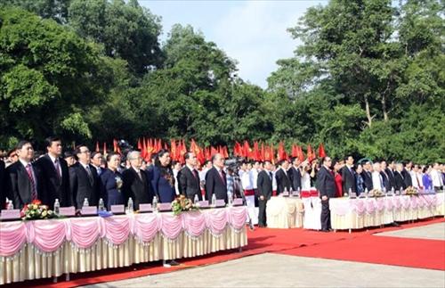 Các đại biểu chào cờ tại Lễ mít tinh (Ảnh: Báo Quân đội nhân dân)