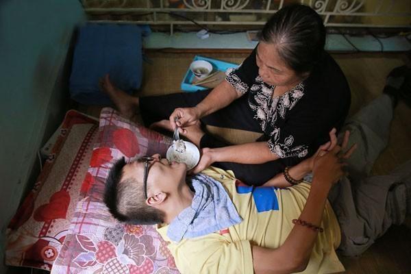 Chàng thanh niên khỏe mạnh bỗng bị đánh gục trong 3 tháng, toàn thân co rút, không đi được. Sáu năm qua, Tân không ngừng nỗ lực vượt qua bệnh tật, trở thành người truyền cảm hứng cho giới trẻ.