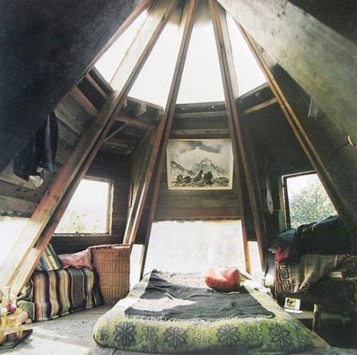 Với kiểu nhà mái vòm, phòng áp mái sẽ càng trở thành nơi lý thú hơn với không gian vòng tròn.