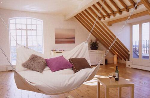 Chiếc giường võng đặc biệt ở giữa phòng giúp bạn được thư giãn.