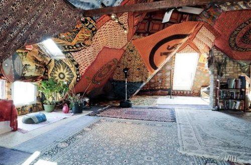 Nếu là người ưa chuộng phong cách hippie, bạn có thể sử dụng những tấm vải lớn và tấm thảm để trải và căng trong phòng.