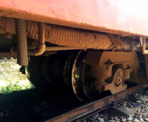 Tàu hỏa SE4 bị trật đường ray tại km 988+100 đoạn qua xã Phổ Thạnh, huyện Đức Phổ. (Ảnh: Sỹ Thắng- TTXVN)