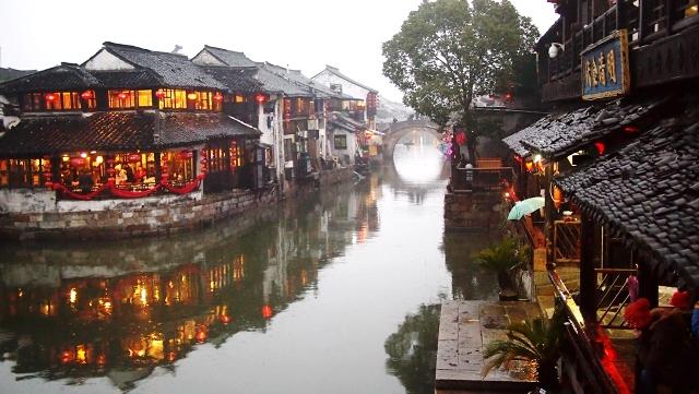 Tây Đường là một cổ trấn đặc biệt của Trung Quốc, nơi đây gây ấn tượng với du khách bởi những chiếc cầu nhỏ xinh bắc qua dòng kênh. Tuy cổ trấn này đã có hơn 1.000 năm lịch sử, nhưng vẫn tràn đầy sức sống. (Ảnh: Applebeesatpeartree)