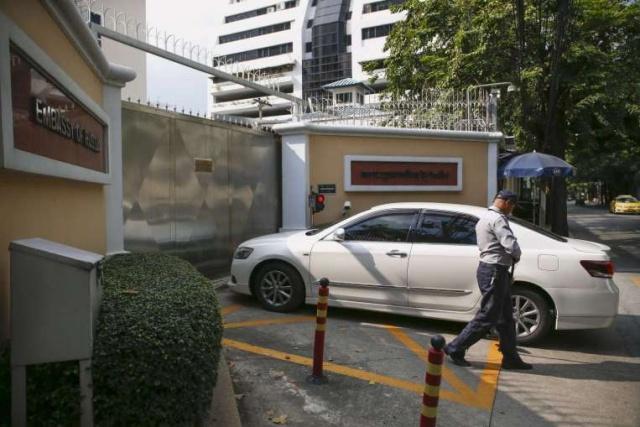 Một chiếc xe được kiểm tra an ninh bên ngoài ĐSQ Nga ở Bangkok. (Ảnh: Straits Times/ANN).