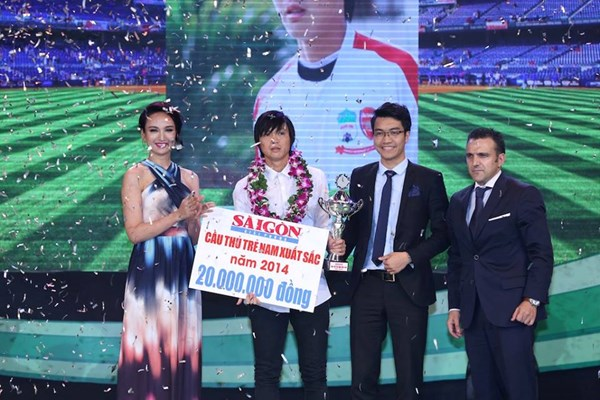 Tuấn Anh đã vượt qua người đồng đội Công Phượng ở hạng mục Cầu thủ trẻ xuất sắc nhất 2014 (Ảnh: Thanh Niên)