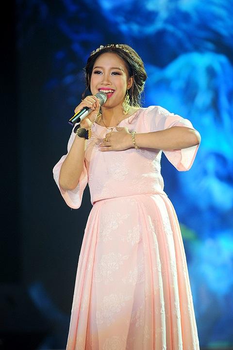 Nguyễn Thị Bích Ngọc được đánh giá cao với cách nhả chữ chuẩn xác, tròn vành rõ chữ, hát nhỏ và lên cao đều tinh tế.