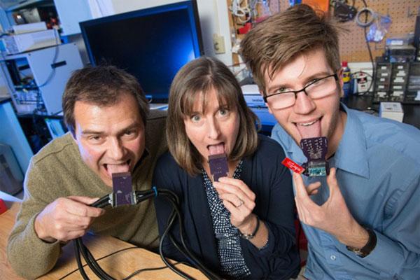 """Các nhà nghiên cứu thuộc Đại học bang Colorado và thiết bị giúp người khiếm thính có thể """"nghe"""" bằng lưỡi"""