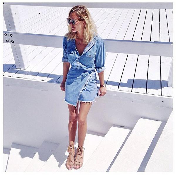 Chân váy xẻ vạt cũng sẽ tạo điểm nhấn cho phong cách thời trang dạo phố mùa Thu của bạn.