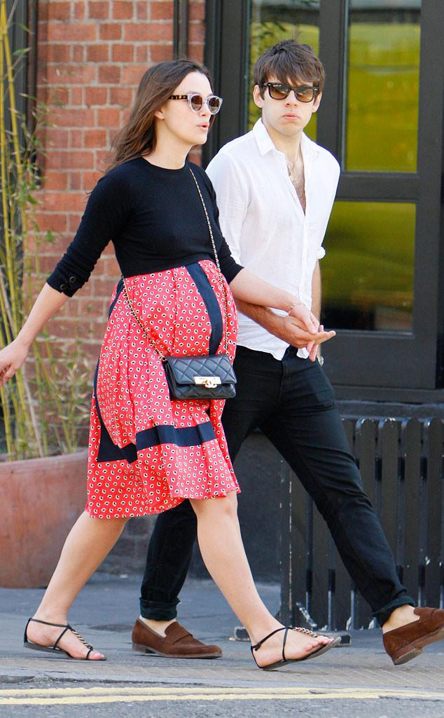 Nữ diễn viên quấn quít đi bên chồng trong bộ váy bầu màu đỏ và xanh navy.