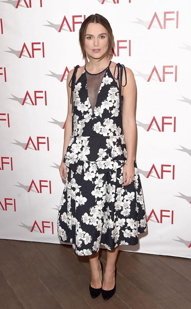 Keira nổi bật với váy hoa đen - trắng ở Lễ trao giải của Hội điện ảnh Mỹ (AFI Awards) 2015. Chiếc váy giúp cô khéo léo giấu bụng bầu.