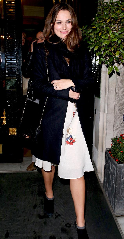 Một hình ảnh xinh đẹp của Keira Knightley trong thời gian mới bắt đầu mang thai. Cô mặc váy trắng nổi bật với khoác đen.