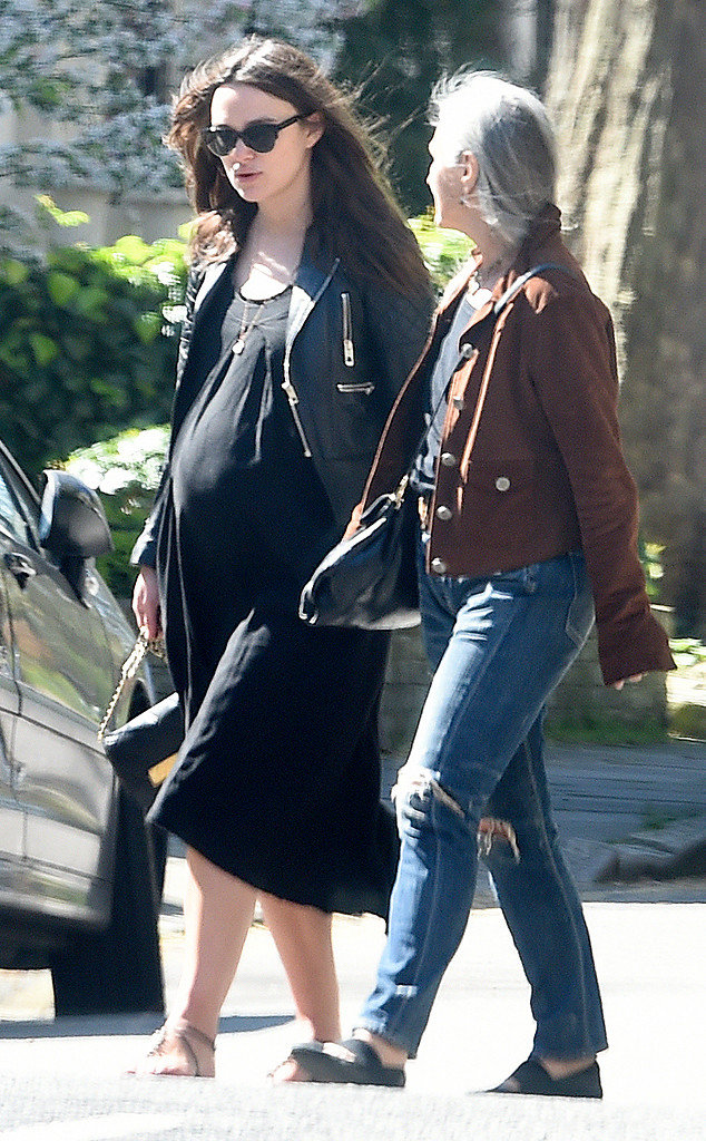Keira được bắt gặp đi trên phố trong bộ váy đen và áo khoác da cực ngầu. Thời điểm này, bụng bầu của cô ngày càng lớn.