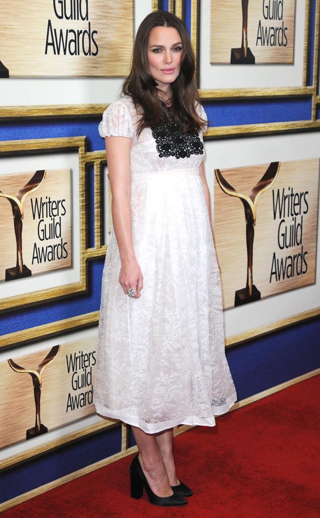 Tại Lễ trao giải của Hiệp hội biên kịch Mỹ (Writers Guild Awards) 2015, Keira lại trở nên đằm thắm và quyến rũ trong bộ váy ren.