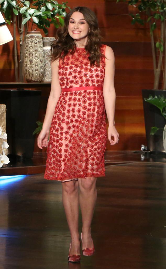 Nữ diễn viên rạng rỡ và gọn gàng trong bộ váy hoa màu đỏ ở một sự kiện khác tại New York.