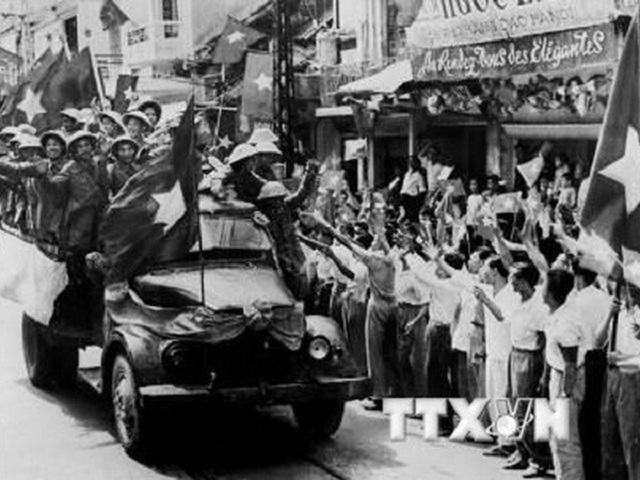 Đại đoàn quân tiên phong tiến vào giải phóng Thủ đô. (Ảnh: TTXVN)
