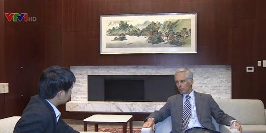 Phóng viên Đài Truyền hình Việt Nam phỏng vấn chuyên gia Marvin Ott.