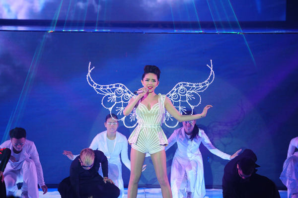 Tóc Tiên trình diễn trong đêm mở màn The Remix 2015