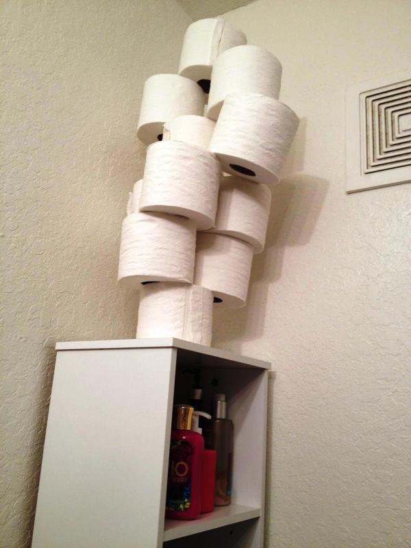Giấu hết giấy của nhà vệ sinh ở chỗ bí mật.