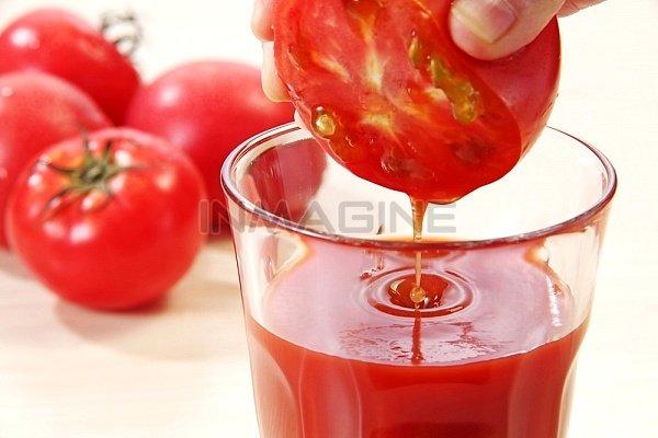 Nước ép cà chua có tác dụng làm sáng da.