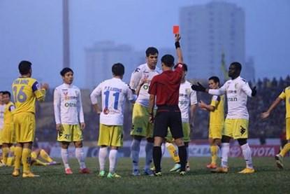 Đội trưởng Gonzalo phải nhận thẻ đỏ trực tiếp vì lỗi đánh nguội (Ảnh Thể thao & Văn hóa)