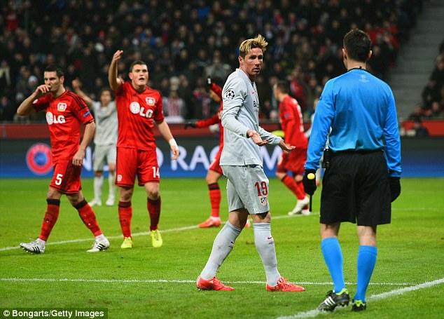 Torres dường như bị tước oan bàn thắng hợp lệ.