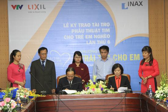 Toàn cảnh lễ kí kết trao tài trợ phẫu thuật tim cho trẻ em nghèo giữa đại diện LIXIL Việt Nam và Quỹ Tấm lòng Việt.