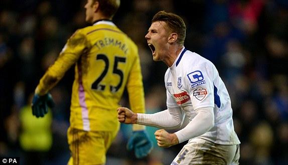Max Power ăn mừng bàn thắng danh dự ghi vào lưới Swansea trong trận thua muối mặt với tỉ số 2-6.